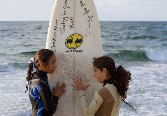 Le surf, combat de deux jeunes filles palestiniennes