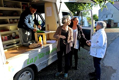 Lancée en septembre 2017, l'épicerie ambulante La P'tite camionnette, est l'une des activités créée par TEZEA.