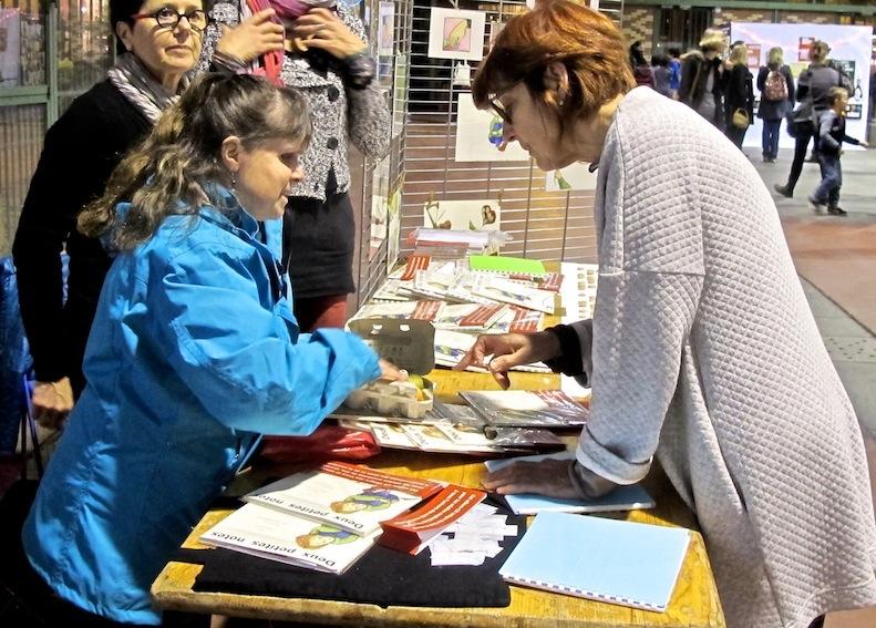 Lors de la sortie du livre à Rennes, Magali ( g.) présentant l'usage du braille