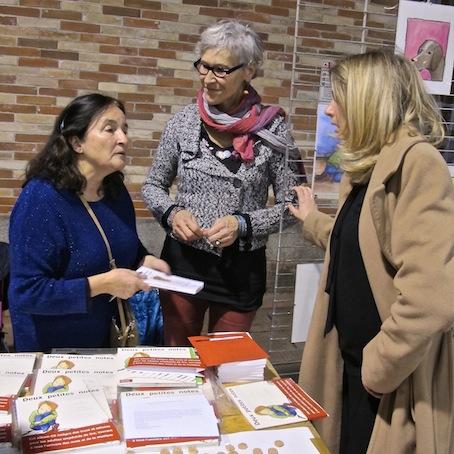Marie-Anne (à.g.) et Claire discutant avec Lenaïc Briéro, adjointe à l'Éducation