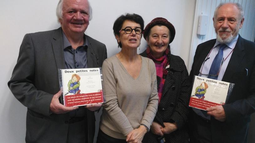 Marie-Annick et à sa gauche la conteuse Marie-Chiff'mine entourées de deux responsables de la fondation Harmonie Solidarités
