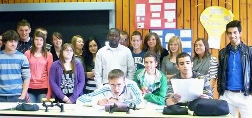 Le professeur nigérien au milieu de ses élèves belges