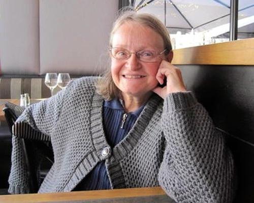 Institutrice à la retraite, Armelle milite pour l'alphabétisation