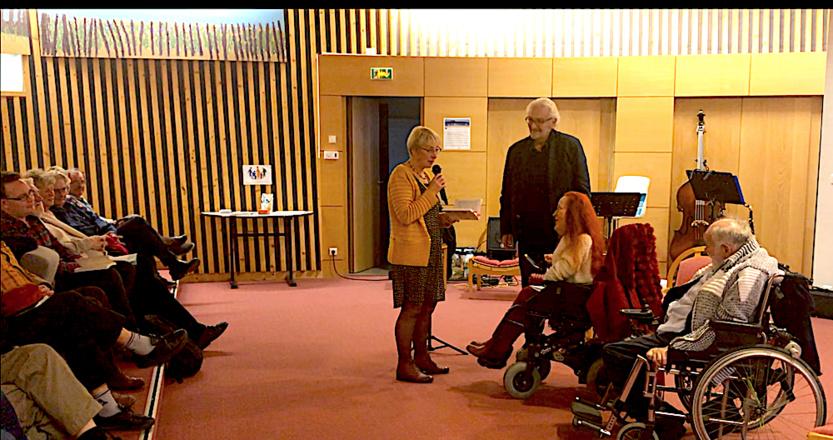 """Un moment d'émotion entre Gildas et """"Jacotte"""", la fille de madame Gétain l'institutrice qui découvrit que Gildas pouvait apprendre à lire... Jacqueline Gétain, Alain Jaunault, Marie-Claude Gaillard et Gildas Trévetin."""