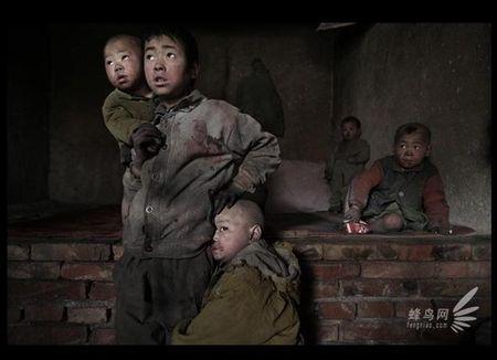 Photo regardsenchine.canalblog.com, Province du Shaanxi. De nombreux enfants sont abandonnés chaque année. Kong Zhenlan qui vit du recyclage a recueillit 25 enfants.