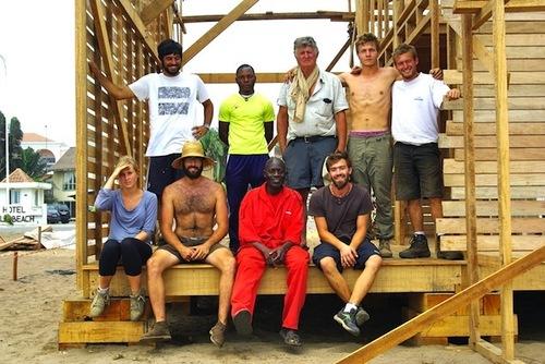 Au milieu d'une équipe de jeunes, sur le chantier d'une église en bois en Côte d'Ivoire