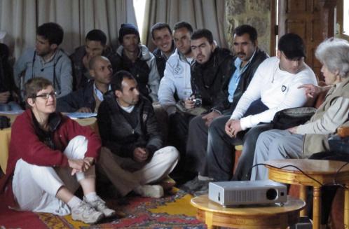 """En discussion avec des jeunes marocains lors d'une """"Caravane du livre"""""""