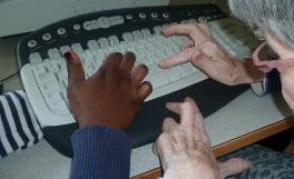Avec Monique, les élèves décrocheurs forment les vieux à Internet