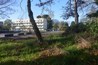 Le terrain où seront bâtis les immeubles face à une aire de jeux pour enfants