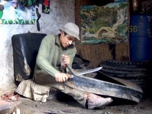 Artisan récupérant un pneu (photo Débrouille Compagnie)