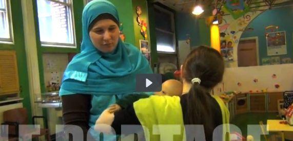 Des puéricultrices et mamans aveugles croisent leurs regards