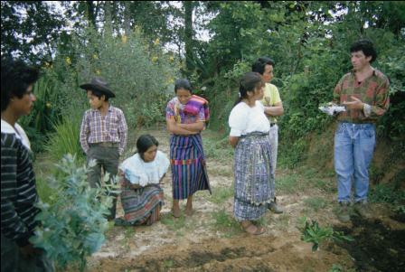 Discussion dans un jardin du Guatemala (photo : JP Nicolas).
