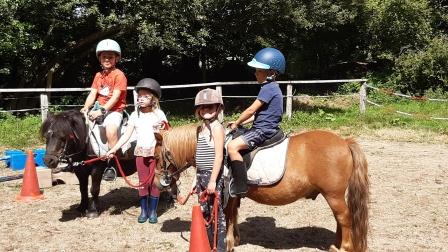 Une monitrice d'équitation accueille les enfants tout au long de l'année (photo : Le Bois du Barde).