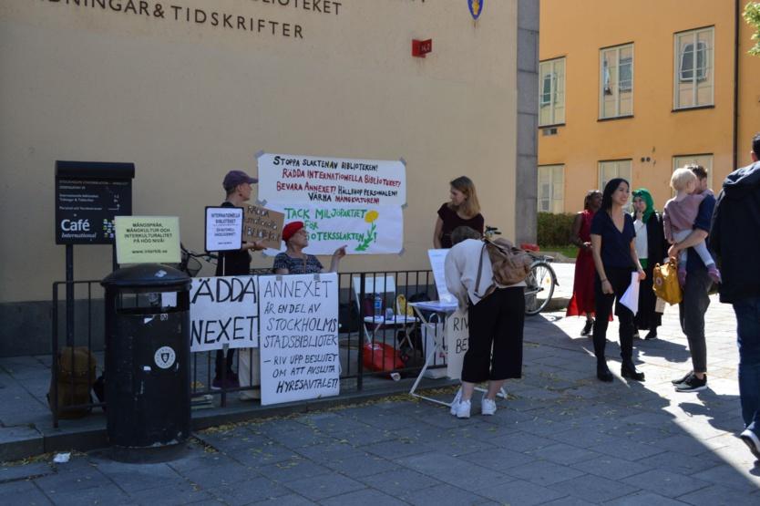 """Sur la façade de la bibliothèque, une affiche """"remercie"""" le parti des Verts (majoritaires à la Ville de Stockholm) """"pour la mort de la bibliothèque""""."""