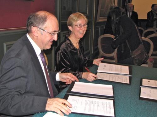 Nelly EVRARD Présidente de la Sirène signe la convention avec monsieur le Maire de Fougères