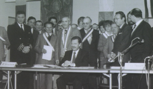 Signature de la charte intercommunale entre les élus et le ministre René Souchon le 29 nov 1985