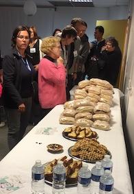 Pour la Nuit de la solidarité, 600 sandwichs préparés par une vingtaine d'habitants. © Aurélien Scheer