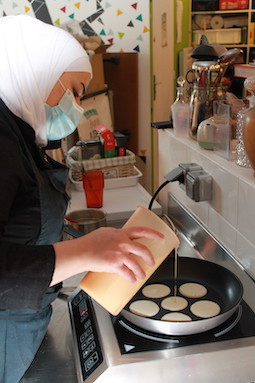 Hiyam est fiière de se former et de partager sa cuisine syrienne.