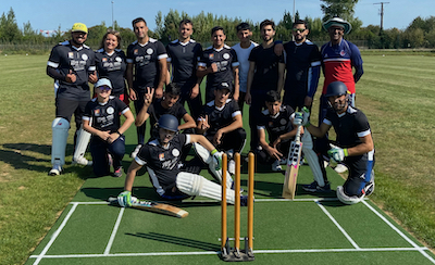 Louise (à g.) avec son club - ©  ASPTT Arras Cricket Club