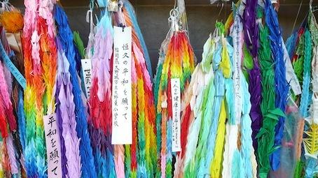 Des rubans tressés à la mémoire des victimes, en particulier coréennes