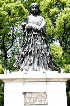 Statue aux victimes, la mère et l'enfant
