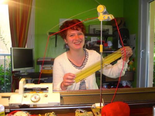 Charlotte a fait l'acquisition, non sans fierté, d'une machine à tricoter.