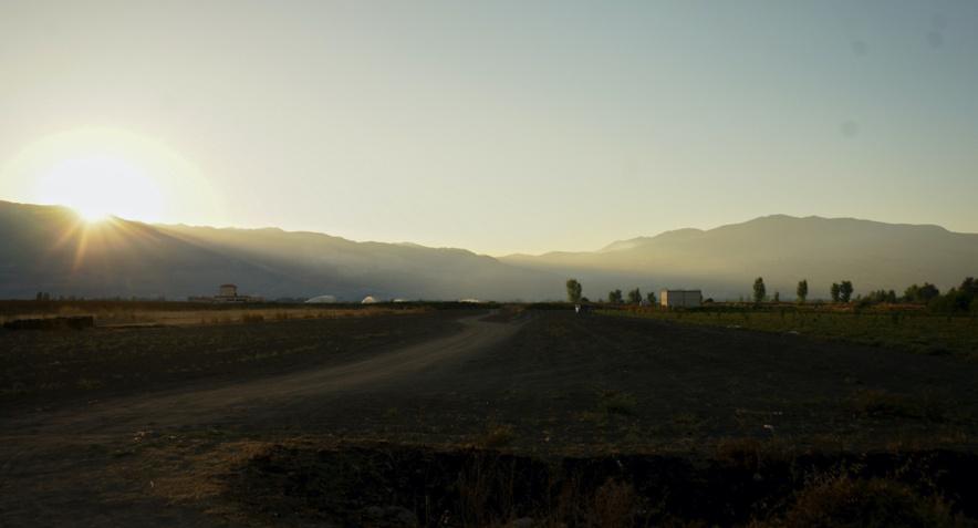 A Marj, le nouveau lieu de vie de la famille Alazoak, dans la vallée de la Beqaa, au soleil couchant