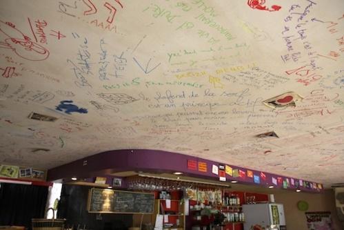 Le plafond du café : un espace de libre expression…