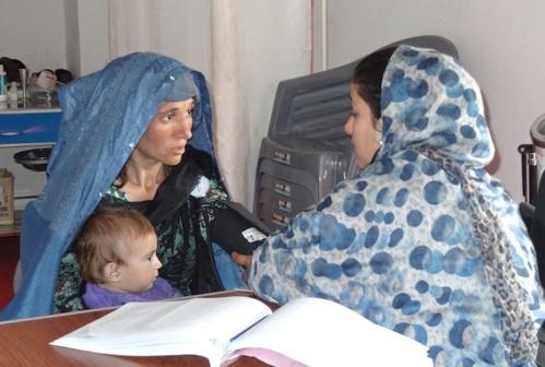 """Consultation avec la sage-femme afghane embauchée par """"Mères pour la paix"""""""