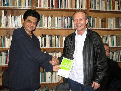 """En 2003, à L'institut  Paulo Freire de Sao Paulo, Christian Leray remet son livre """"Brésil, le défi des communautés"""" au fils de Paulo Freire."""
