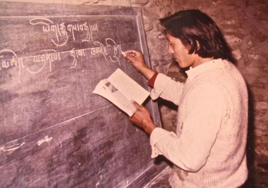 À 25 ans, enseignant la langue tibétaine à l'école du camp