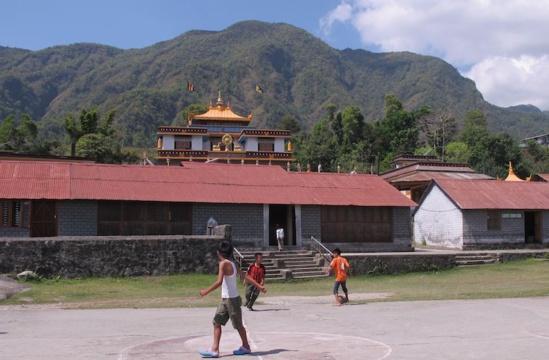 Foot sur la place devant la salle de réunion de la communauté