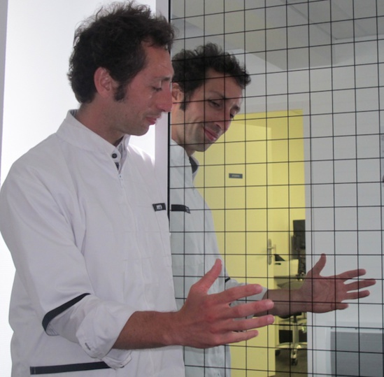 La main et son double dans le miroir de travail