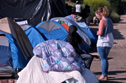 Échange entre un migrant et Adeline, de l'association Terre d'errance
