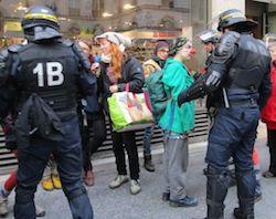 A Paris, du théâtre de rue interrompu par la police