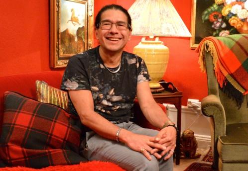 Bienvenido habite aujourd'hui chez son ami Hans qui est décorateur.