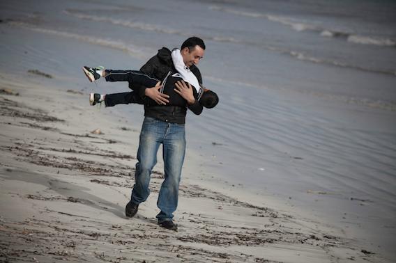 Slah retrouvant son fils qu'il n'a pas vu depuis neuf mois. Photo O. Jobard