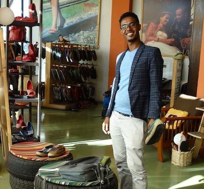 Dans un magasin SoleRebels, ces chaussures à base de pneus usagés lancées par Bethlehem Tilahun Alemu en utilisant les capacités artisanales des habitants pauvres de son quartier à Addis Abeba. Elles connaissent un succès international.