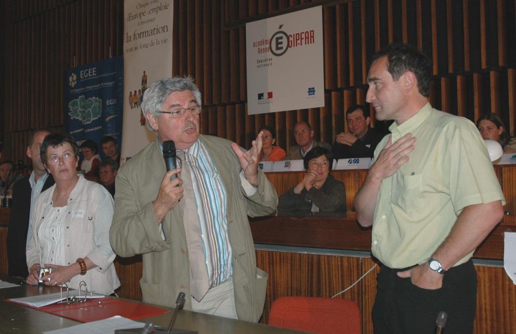 En 2002, Christian Guitton, Gérard Brière et plusieurs directeurs de centres d'aide par le travail de Bretagne créent le dispositif Différent et Compétent avec le soutien du Fonds social européen.