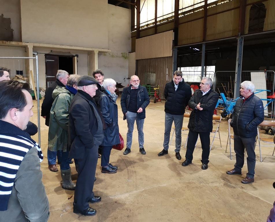 Michel Pierre et Jean-François Mary de Redon agglomération présentent la ferme de Cranhouët à Théhillac (31 janvier 2020).