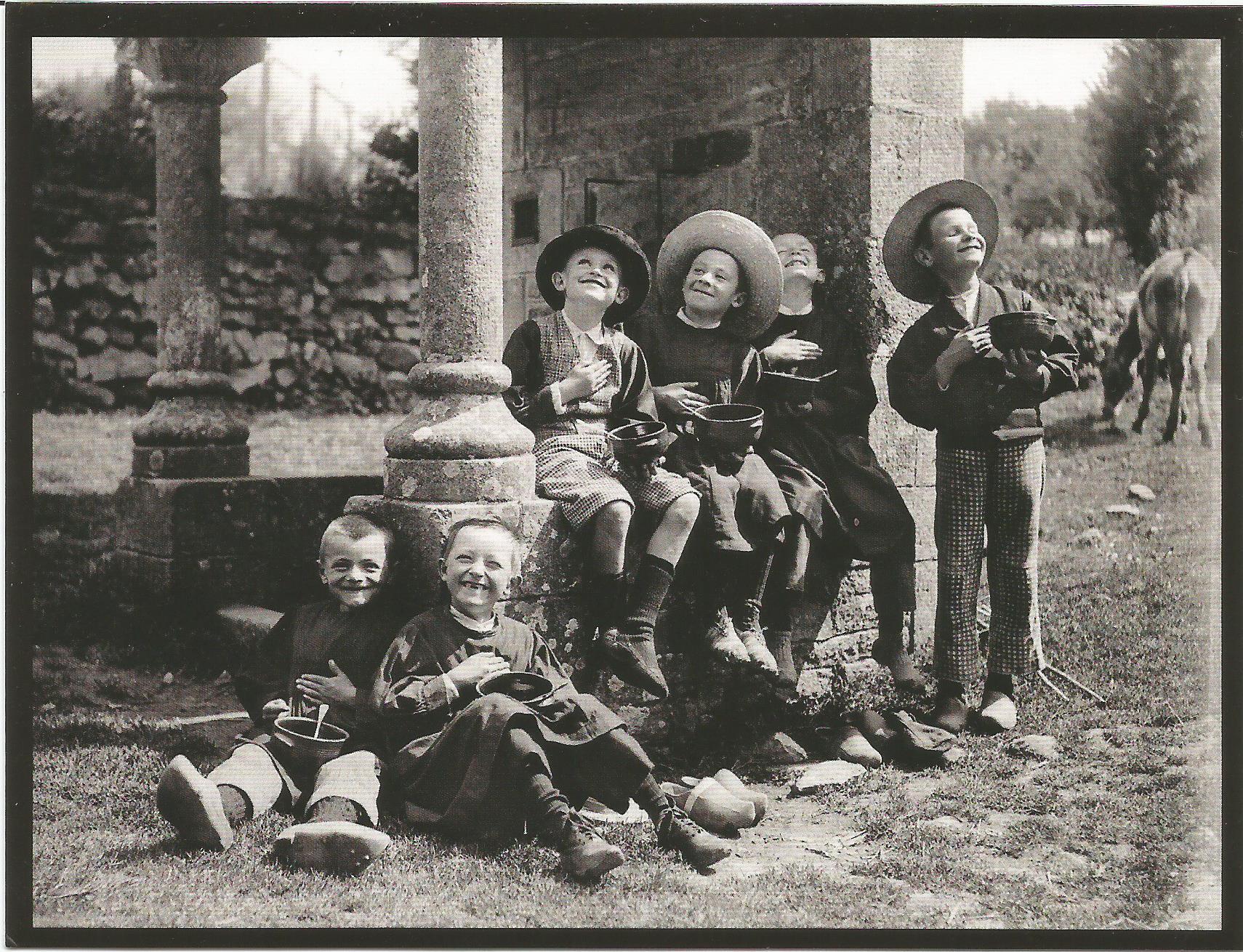 Garçonnets mangeant près d'une fontaine. Plumelec Morbihan. Paul Géniaux. 1902-1905. Collection Musée de Bretagne