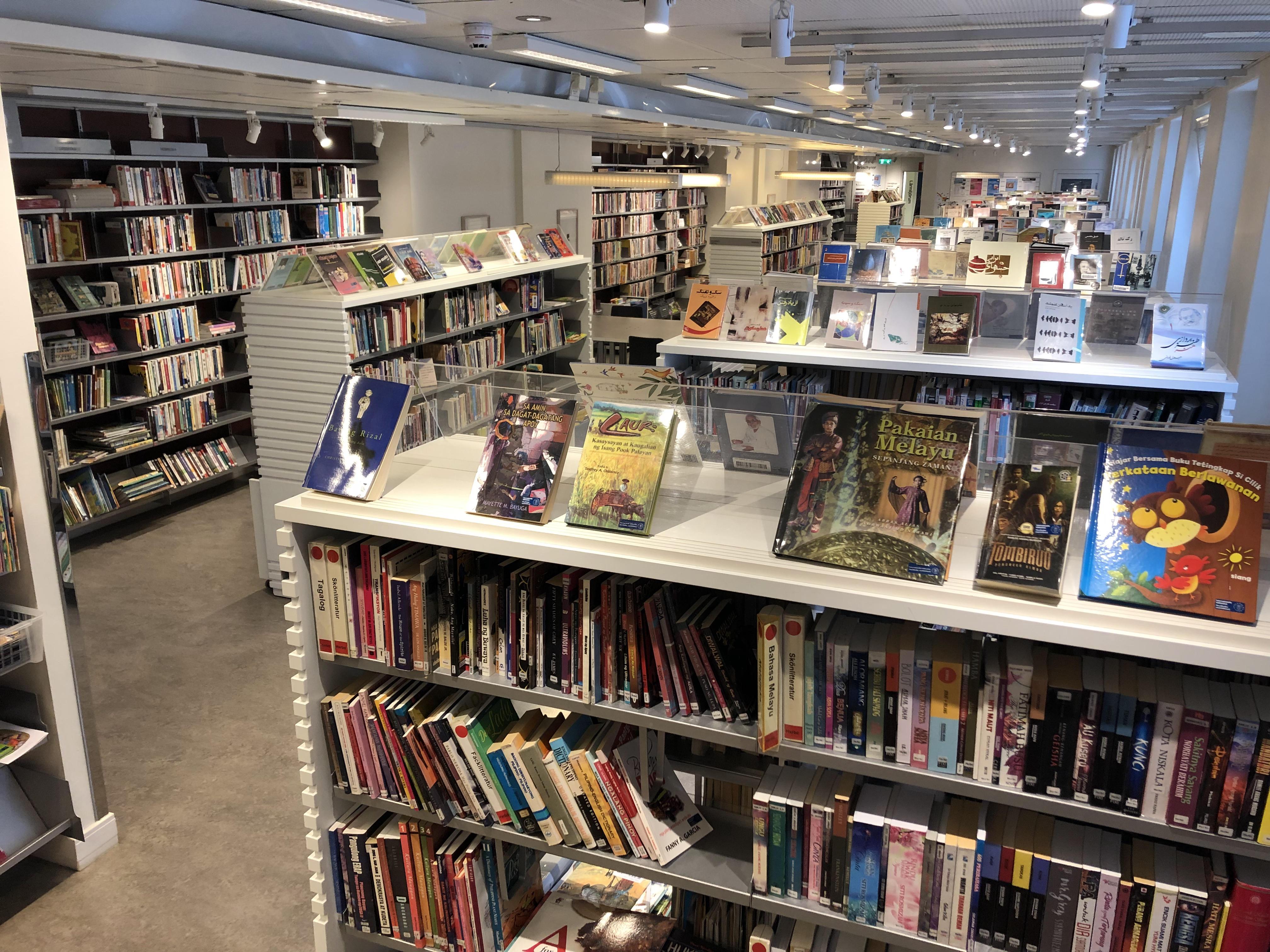 La Bibliothèque internationale comptait plus de 200 000 livres et documents audiovisuels de dizaines de langues.