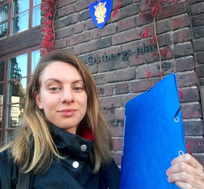 Sofia a remis la pétition contre la fermeture à la Ville de Stockholm.