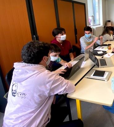 Au travail, à l'université Rennes2 où l'on respecte les mesures barrière.