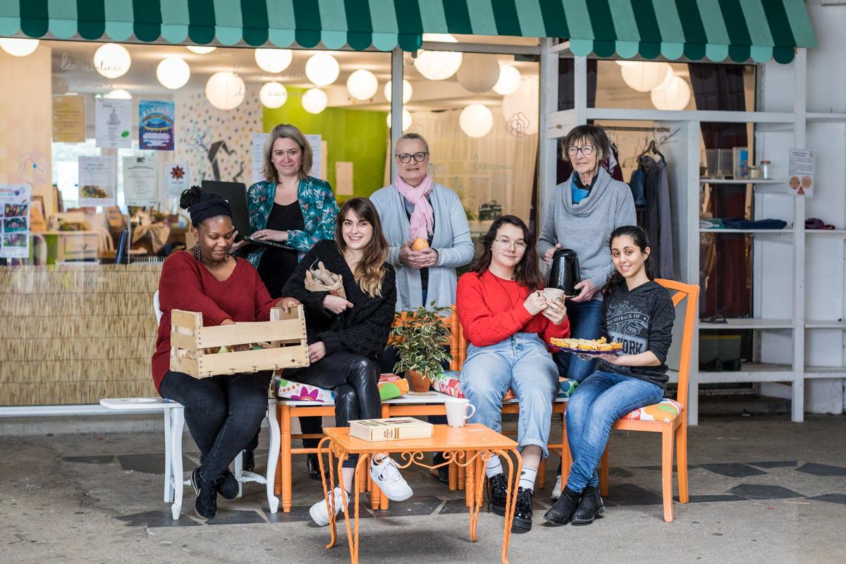Claire Agnès Froment, 2e à gauche, avec son ordinateur. Photo de groupe avec des bénévoles devant le local du P'tit Blosneur . © Aurélien Scheer