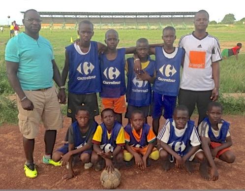 A chaque retour, il apporte des équipements pour les jeunes d'Abidjan