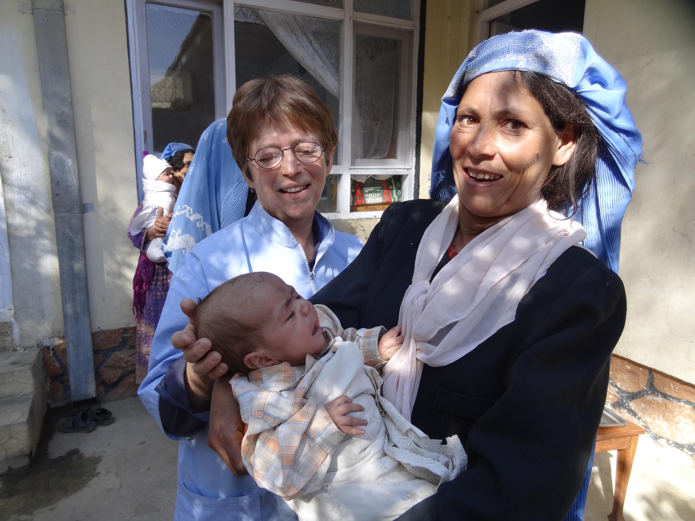 Françoise (à gauche) se rend une fois par an en Afghanistan