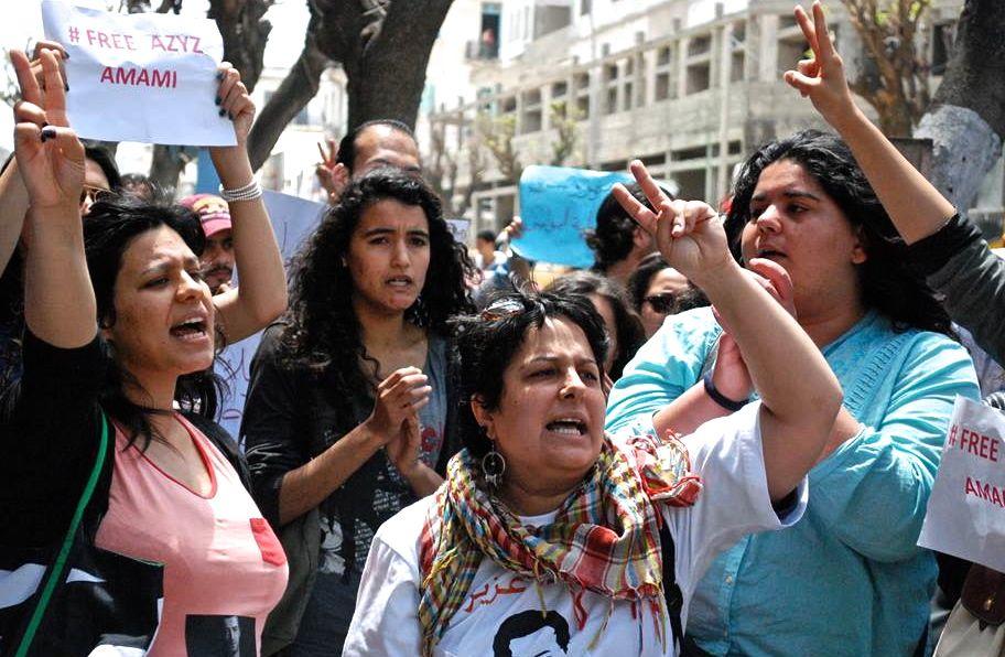 Meriem Zeghidi, ici en blanc lors d'une manifestation de soutien au blogueur emprisonné Azyz Amami, finalement libéré fin mai.