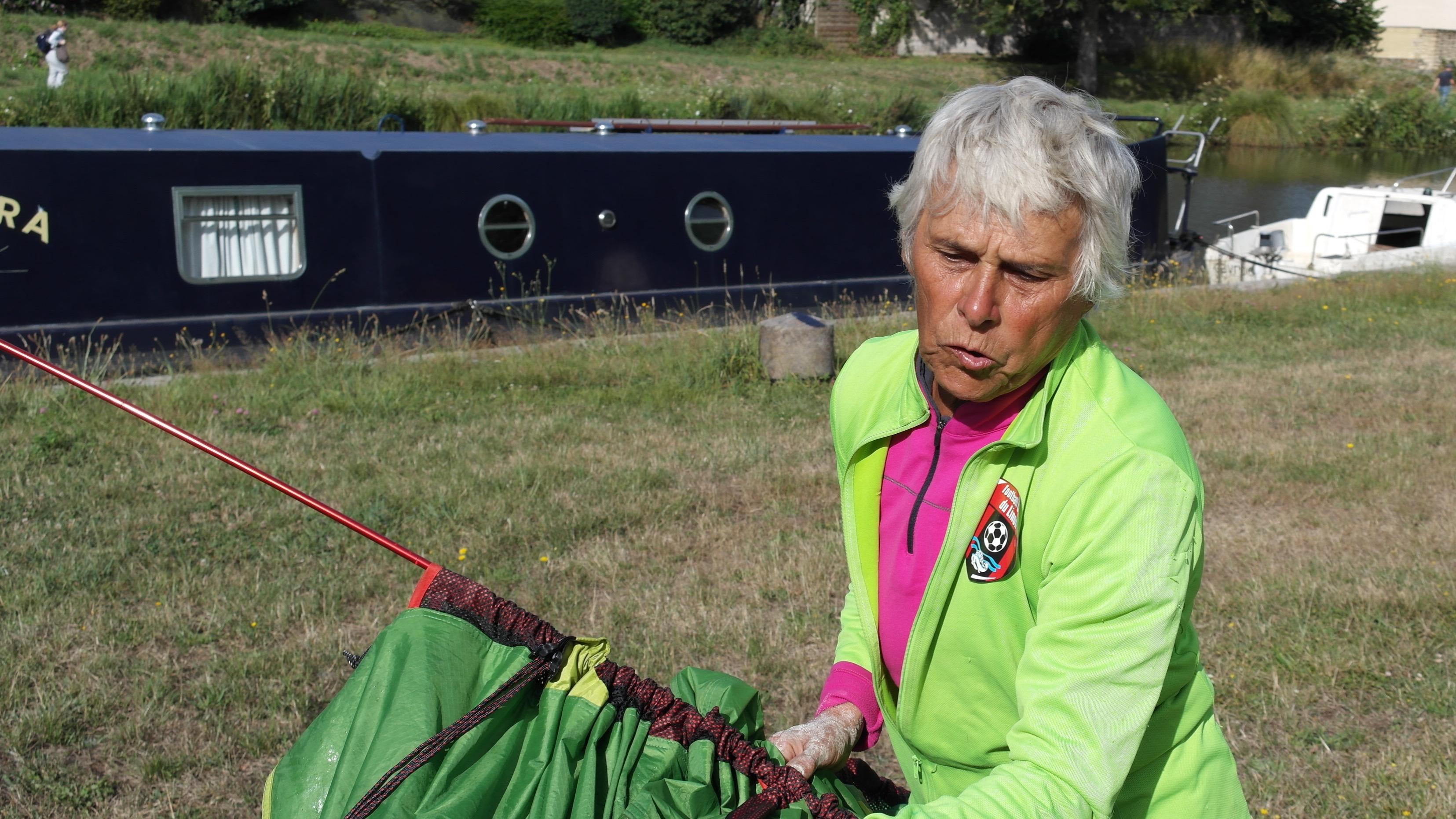 Viviane plie le camp, sur l'aire de camping de Tréverien.