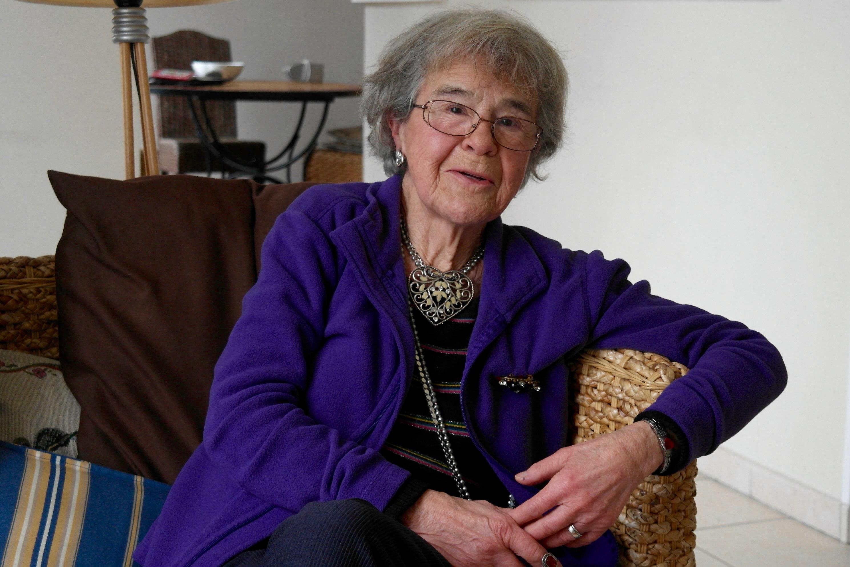 """Martine, grand mère Mina,  écrit et conte des """"histoires d'amour"""""""